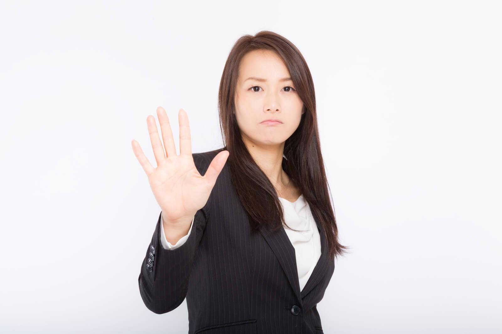 手を広げるスーツ姿の女性
