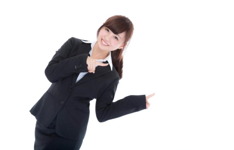 指を差すスーツ姿の女性