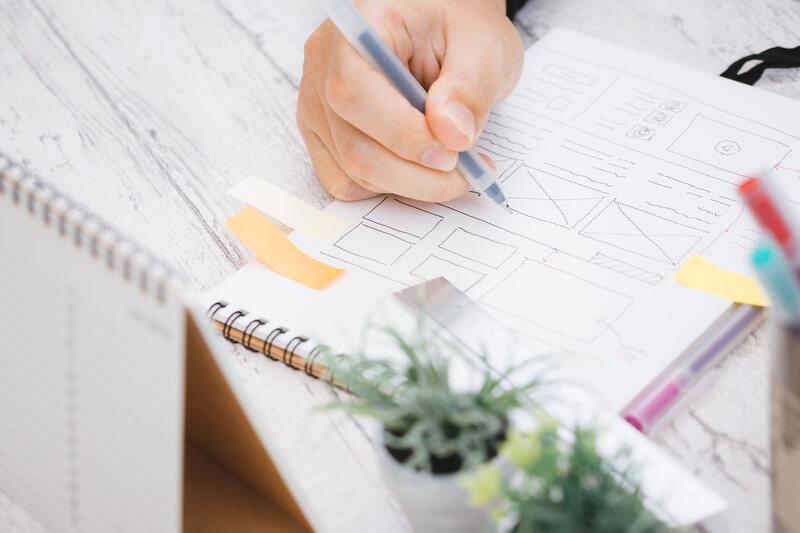 ノートにペンで図を描く様子