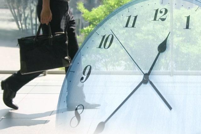 街を歩くビジネスパーソンと時計