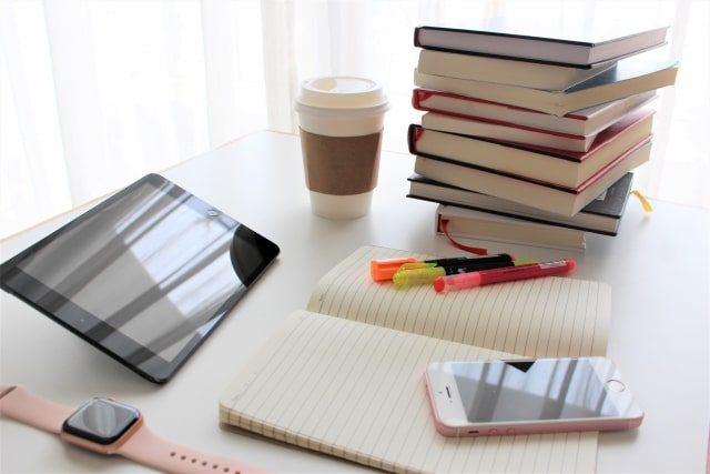 勉強机の上に置かれた勉強道具