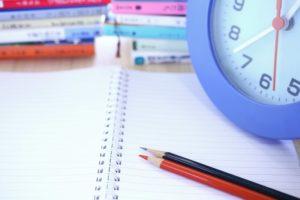 ノートの上に置かれた色鉛筆
