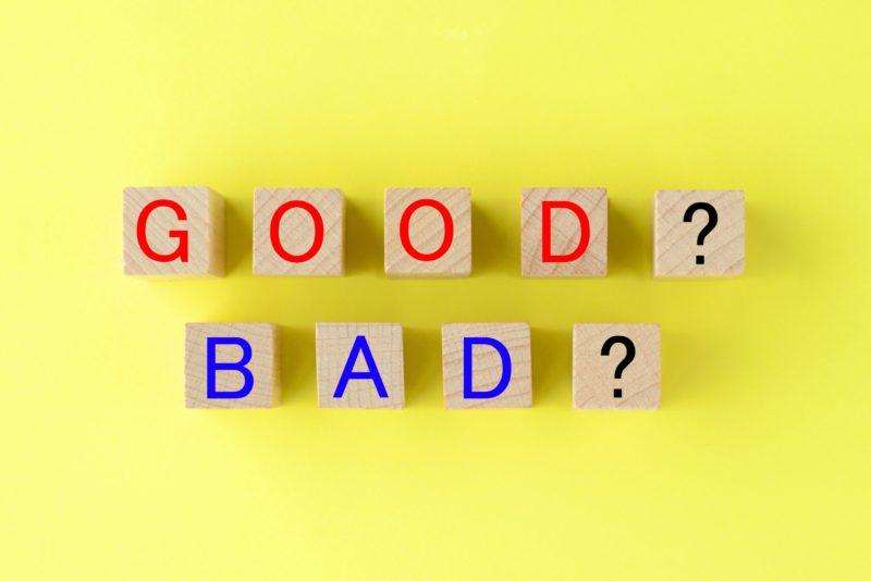 積み木に描かれた「GOOD?」と」「BAD?」の文字