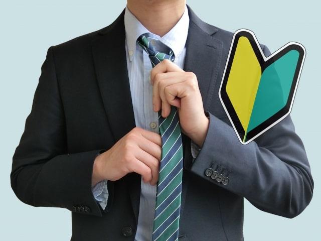ネクタイを結ぶ就活初心者