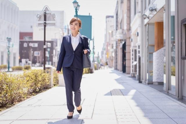 街を歩くスーツ姿の女性